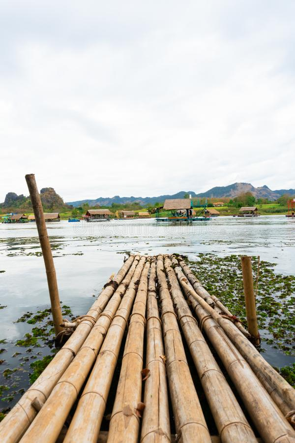Huai Muang, озеро Таиланд с домом шлюпки место ослабить стоковая фотография rf