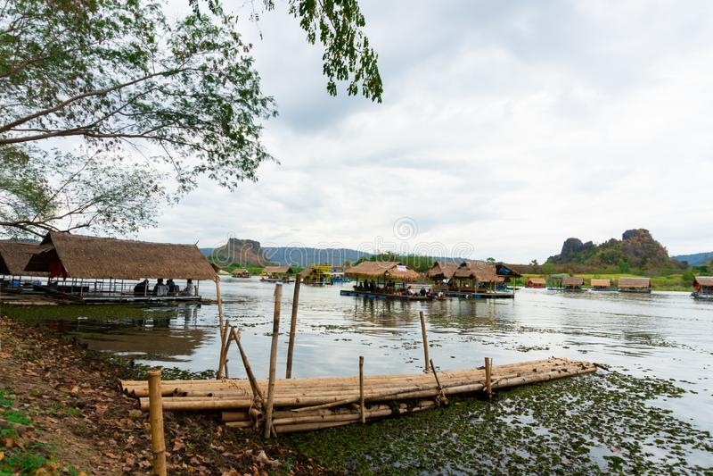 Huai Muang, озеро Таиланд с домом шлюпки место ослабить стоковое фото rf