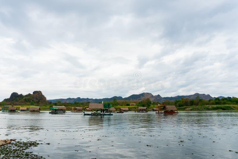 Huai Muang, озеро Таиланд с домом шлюпки место ослабить стоковые фотографии rf
