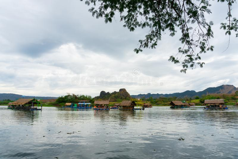Huai Muang, озеро Таиланд с домом шлюпки место ослабить стоковое фото
