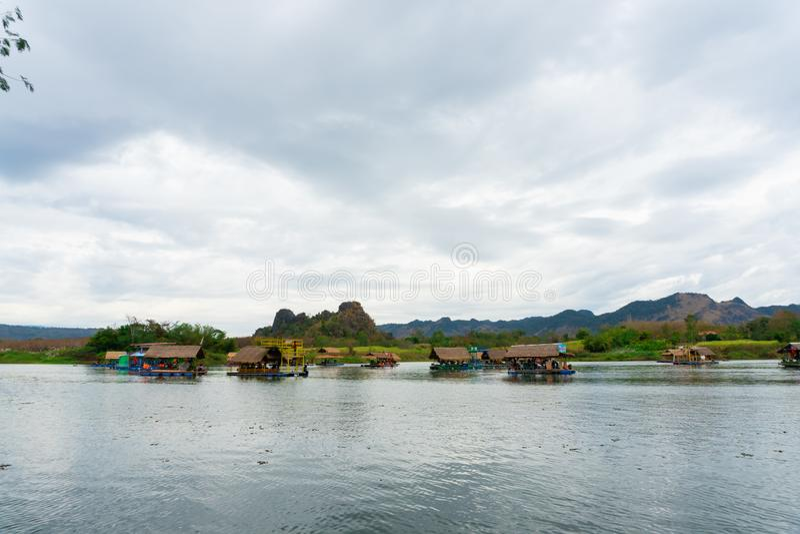 Huai Muang, het meer van Thailand met botenhuis de plaats van ontspant stock fotografie