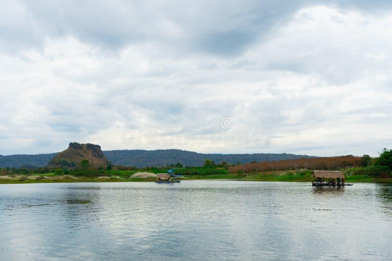 Huai Muang, lago thailand com casa de barco o lugar de para relaxar foto de stock