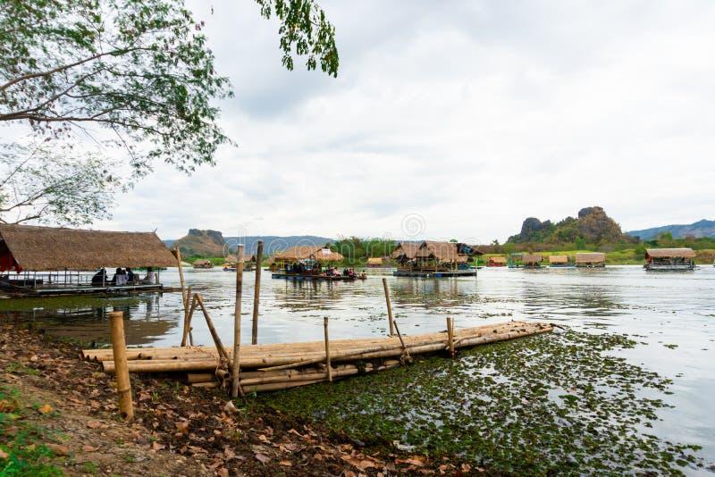 Huai Muang, lago thailand com casa de barco o lugar de para relaxar fotos de stock royalty free