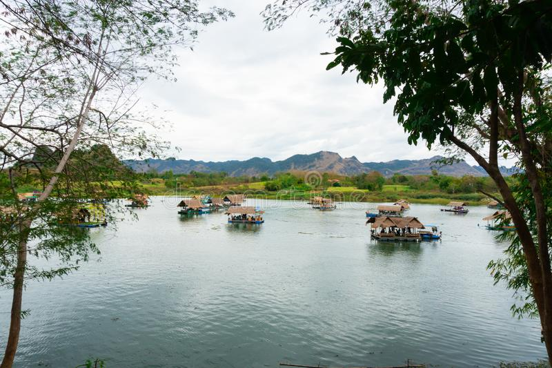 Huai Muang, lago thailand con la casa barco el lugar de relajarse imágenes de archivo libres de regalías