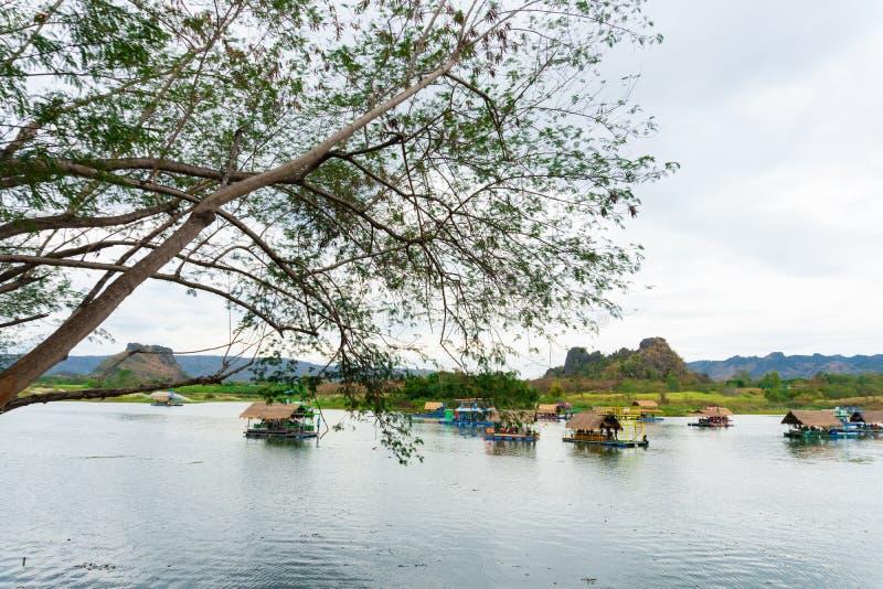 Huai Muang, lago thailand con la casa di barca il posto di rilassarsi fotografia stock