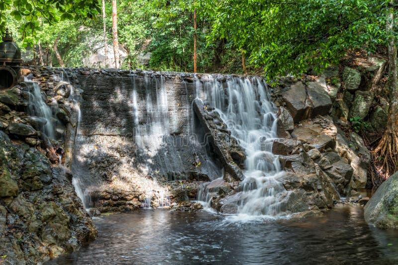 Huai Yang Petite cascade avec le mouvement de l'eau dans la forêt tropicale profonde photos libres de droits