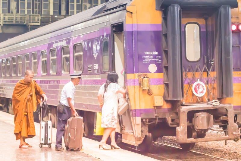 Hualampongstation Bangkok, December, 2018: Het treinpersoneel van Thaise Spoorweg bereidt hulpmensen op de trein voor binnen te b stock fotografie