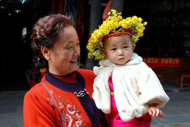 Huang por muito tempo Xi, China: Bebê com grinalda floral imagens de stock