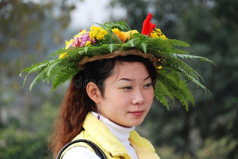 Huang por muito tempo Xi, China: Mulher com chapéu floral fotos de stock royalty free