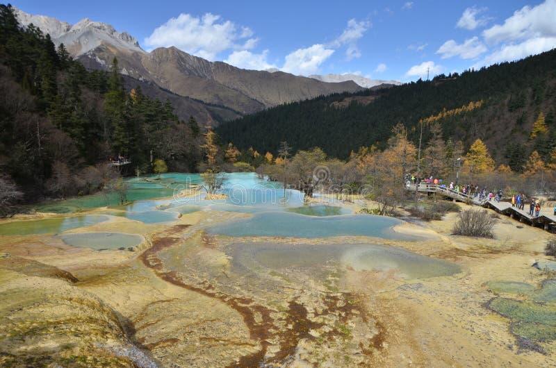 Huanglong färben Drachen ist ein szenischer und historischer Interessenbereich im Nordwestteil von Sichuan, China gelb lizenzfreie stockbilder