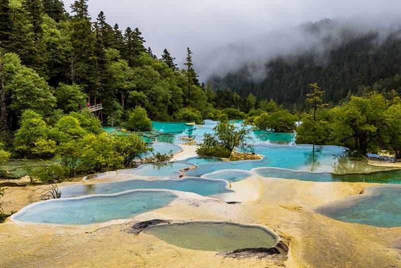 Huanglong Nationaal Park, Sichuan, China, beroemd voor zijn kleurrijk stock fotografie