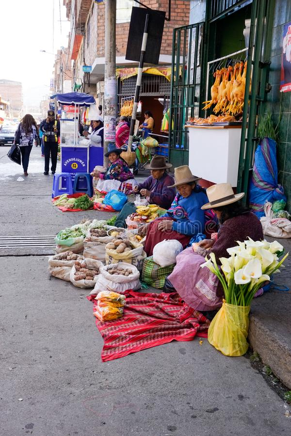 Huaraz, Ancash/Перу: 11-ое июня 2016: неимущие женщины фермера Indio продают их фрукт и овощ на улицах Huaraz стоковая фотография