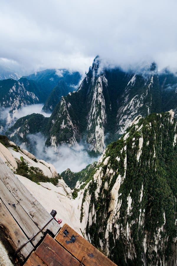 Huashan Plank Walk z widokiem na góry, Chiny zdjęcie stock