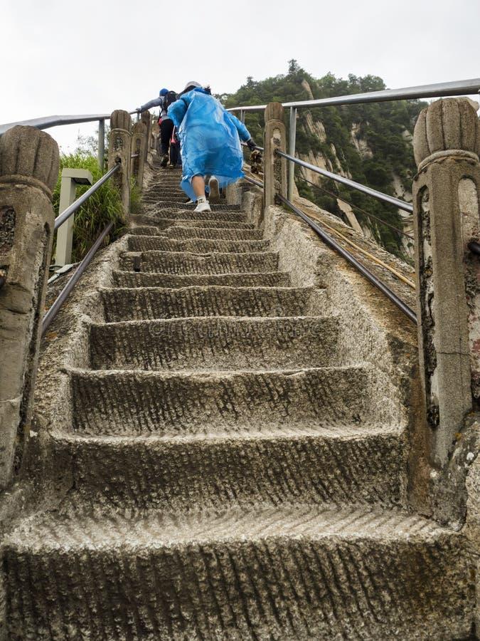 Huashanberg: de toeristen die op de treden beklimmen slepen aan de het Noordenpiek - Xian, Shaaxi-Provincie, China royalty-vrije stock afbeelding