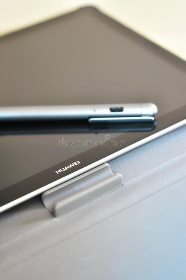 Huawei logo na ekranie MediaPad M5 withâ⠂¬â€ ¹ Stylus Pro pióro fotografia royalty free