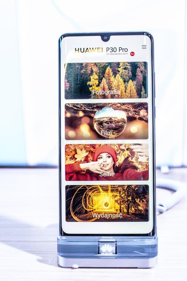 Huawei P30 Pro smartphone, prezentacji P30 Pro z Android przy Huawei pawilonu powystawow? sal? wystawow? cechy, zdjęcie stock