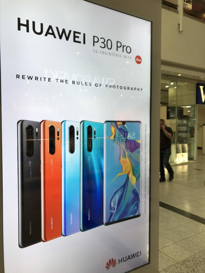 HUAWEI P30 pro-smartphoneaffischtavla i London arkivfoton