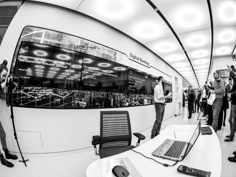 Huawei Rosja kierownika teraźniejszość demonstraci stojaka Cyfrowego bankowość obraz royalty free