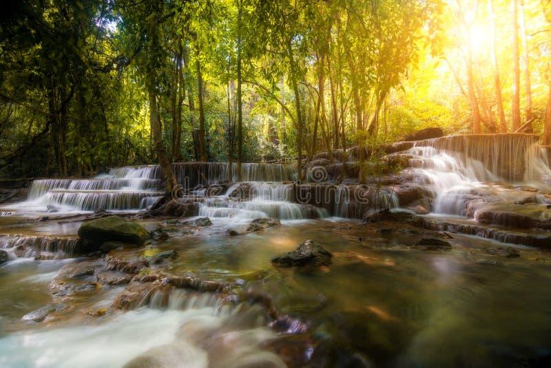 Huay Mae Kamin瀑布,在雨林,坎市的美丽的瀑布 图库摄影