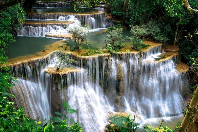 Huay Mae Kamin, Mooi watervallandschap in rainforset bij Kanchanaburi-provincie, Thailand royalty-vrije stock foto's