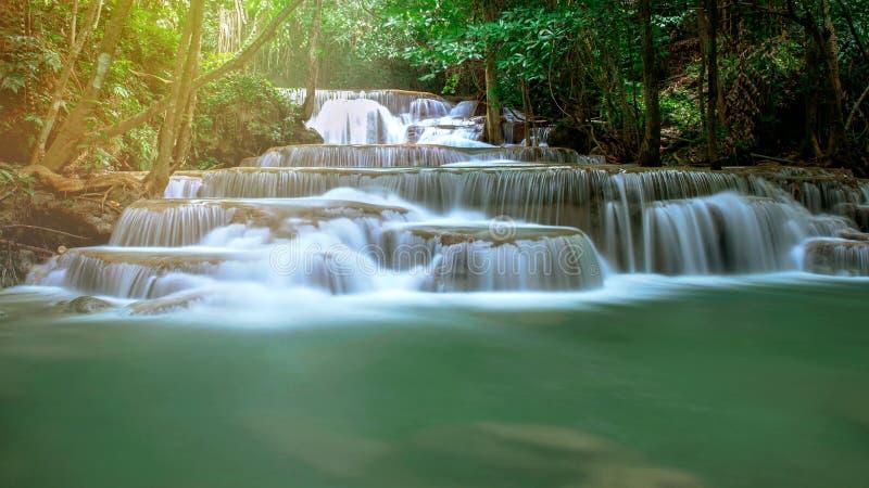 Huay Mae Kamin, Mooi watervallandschap in rainforset bij Kanchanaburi-provincie, Thailand stock foto's