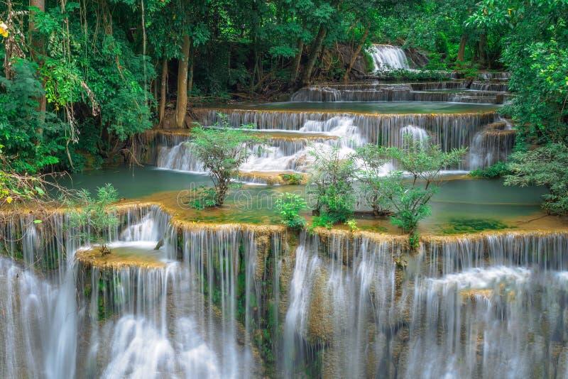Huay Mae Kamin, Mooi watervallandschap in rainforset bij Kanchanaburi-provincie, Thailand stock afbeelding