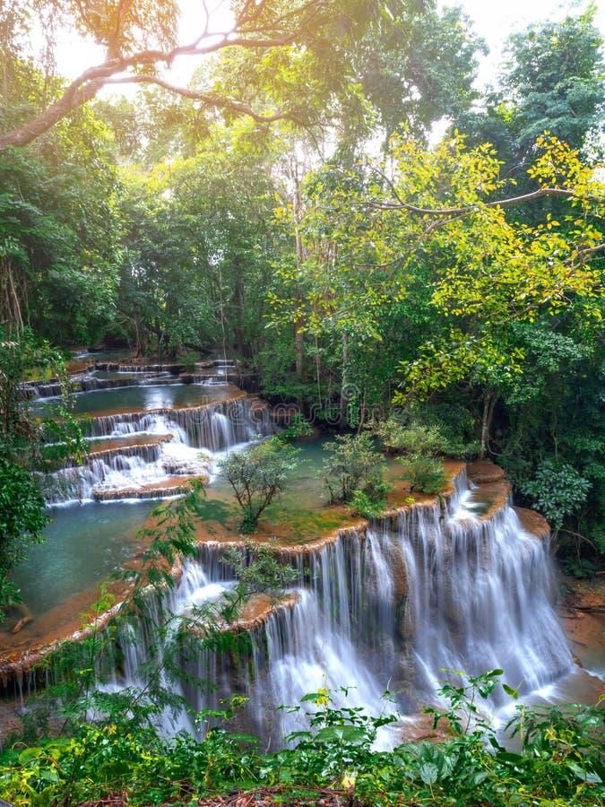 Huay Mae Kamin, Mooi watervallandschap in rainforset bij Kanchanaburi-provincie, Thailand stock foto