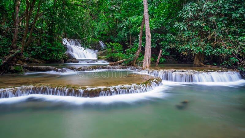 Huay Mae Kamin, Mooi watervallandschap in rainforset bij Kanchanaburi-provincie, Thailand stock fotografie