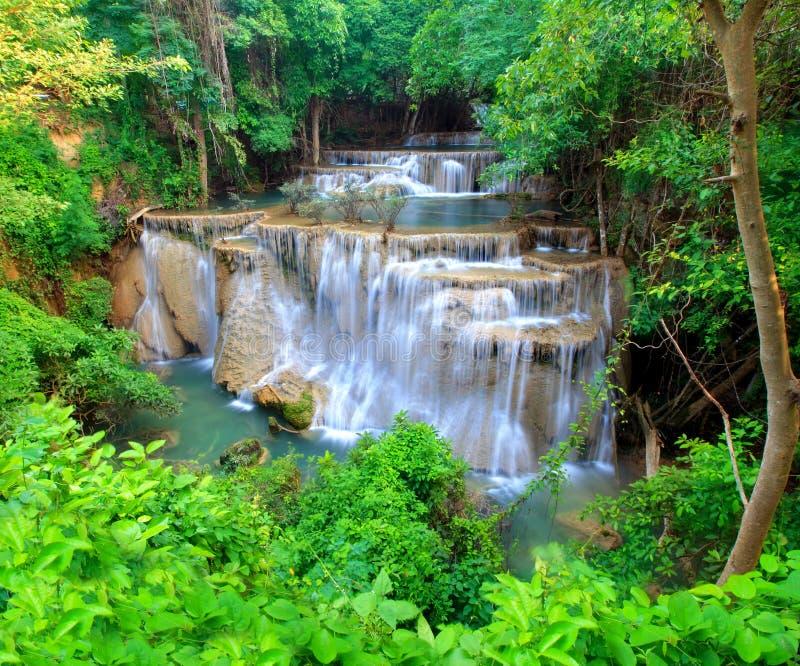 Huay Mae Khamin, cachoeira do paraíso situada na floresta profunda do Th fotografia de stock