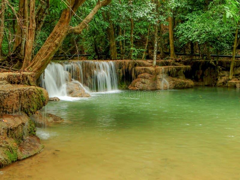 Huaymaekamin瀑布在深森林北碧,泰国里 免版税库存图片
