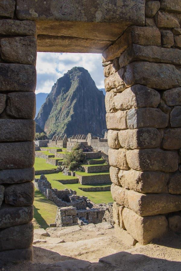 Huayna Picchu峰顶的上面在门的框架的, 库存图片