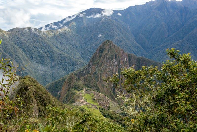 Huayna Picchu, o Wayna Pikchu, montaña en nubes sube sobre ciudadela del inca de Machu Picchu, perdió la ciudad de los incas fotos de archivo