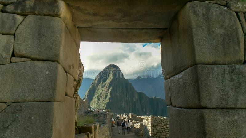 Huayna picchu obramiający kamiennym drzwi przy machu picchu fotografia stock
