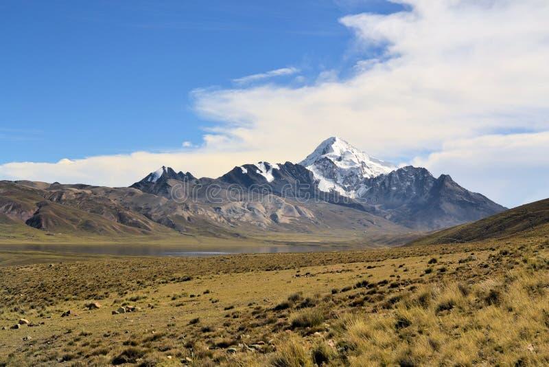 Huayna Potosi в кордильерах реальных, боливийце Андах стоковое фото rf