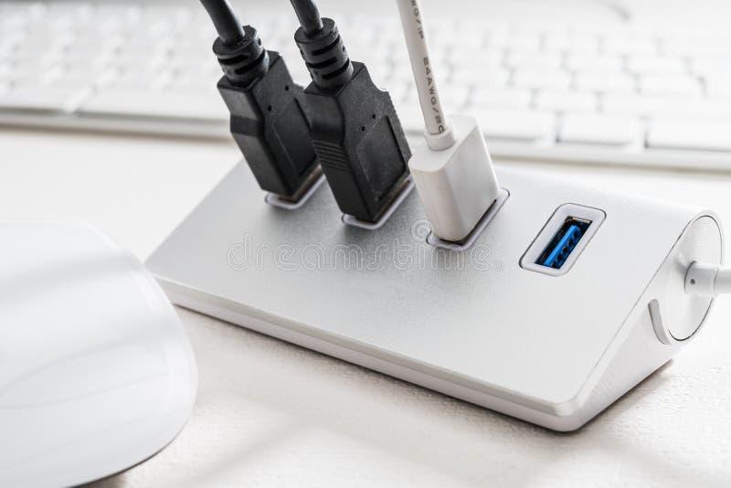 HUB d'USB avec le clavier de souris et d'ordinateur photographie stock