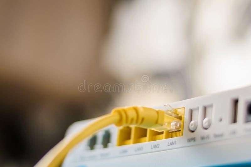Hub de routeur de modem d'Internet avec se relier de câble d'Ethernet photos libres de droits