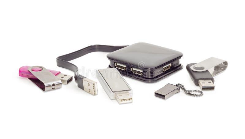 Hub e chiavette USB esterni di USB su fondo bianco fotografie stock libere da diritti