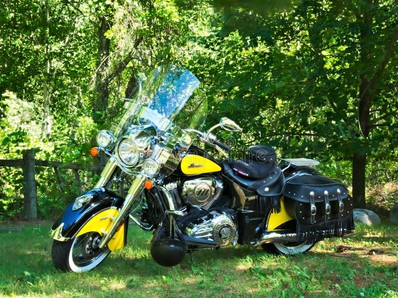HUBBBARD CO. MN - 26 DE JULIO DE 2019: Motocicleta del jefe amarillo y negro indio foto de archivo libre de regalías