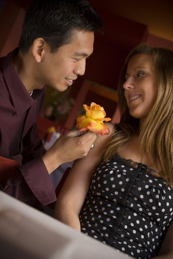 hubbing在咖啡馆的多种族夫妇 库存图片