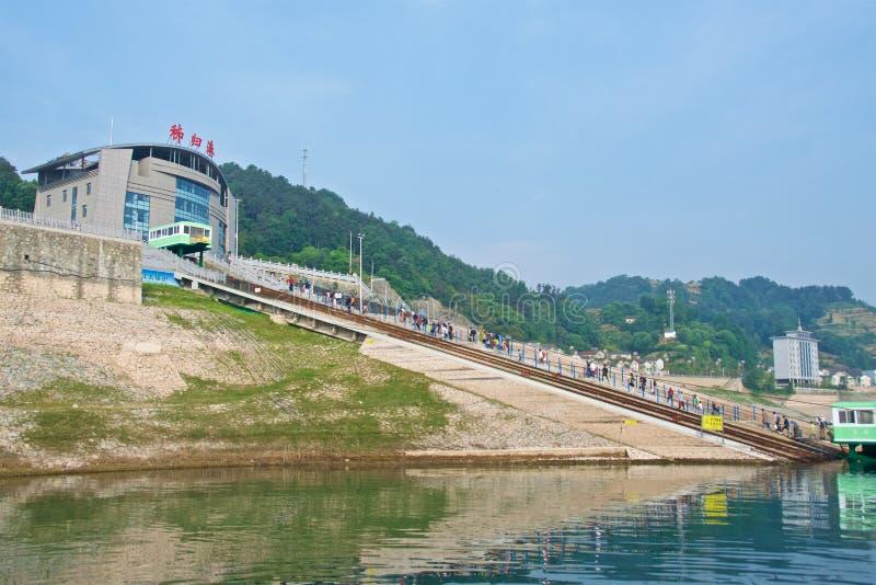 Hubei, China - em maio de 2019: Turistas que desembarcam do navio de cruzeiros no porto de Maoping em Hubei, China fotografia de stock