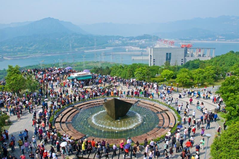 Hubei Kina - Maj 2019: Turister som besöker Three Gorge Dam i Hubei, Kina royaltyfri bild