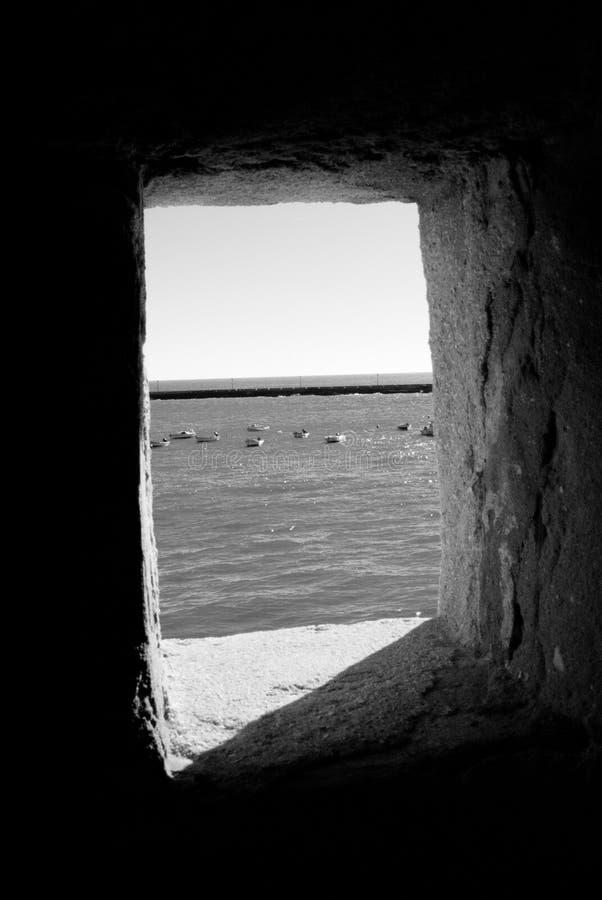 Hublot au du château de bord de la mer photos stock