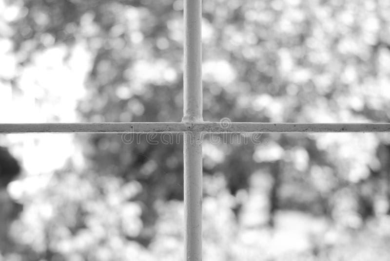 Hublot avec des bars d'une construction médiévale photo libre de droits