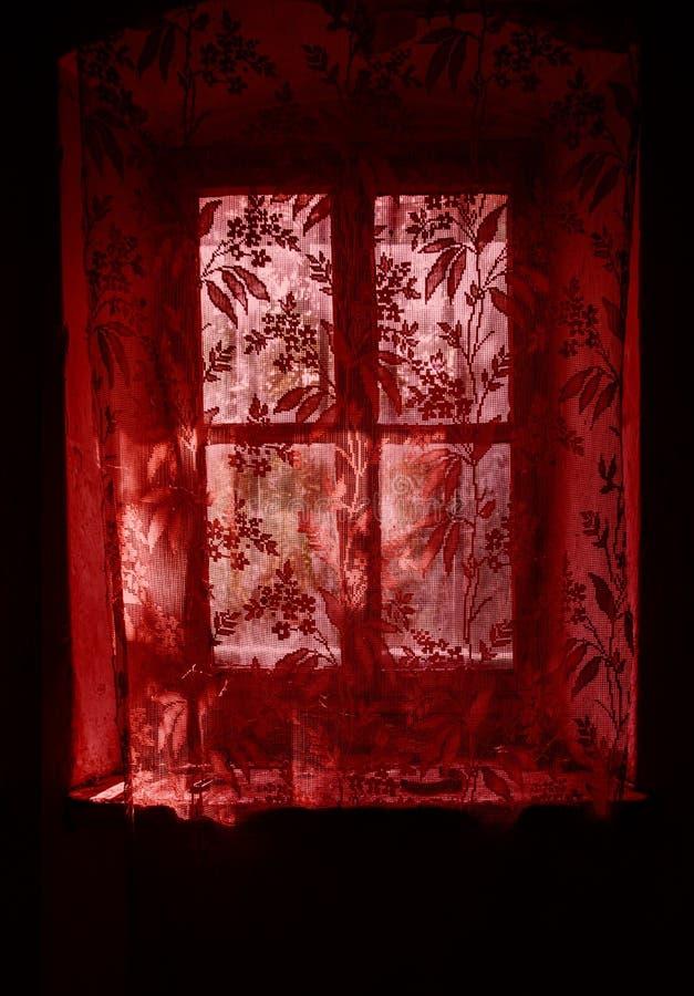 Hublot avec des rideaux en lacet image stock