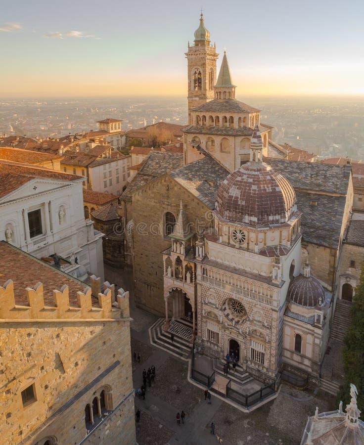 Hublot décoratif d'un appartement historique Vue aérienne de la basilique de Santa Maria Maggiore et de la chapelle Colleoni image libre de droits