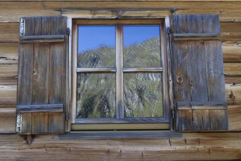 Hublot d'une hutte typique de montagne en Italie image stock