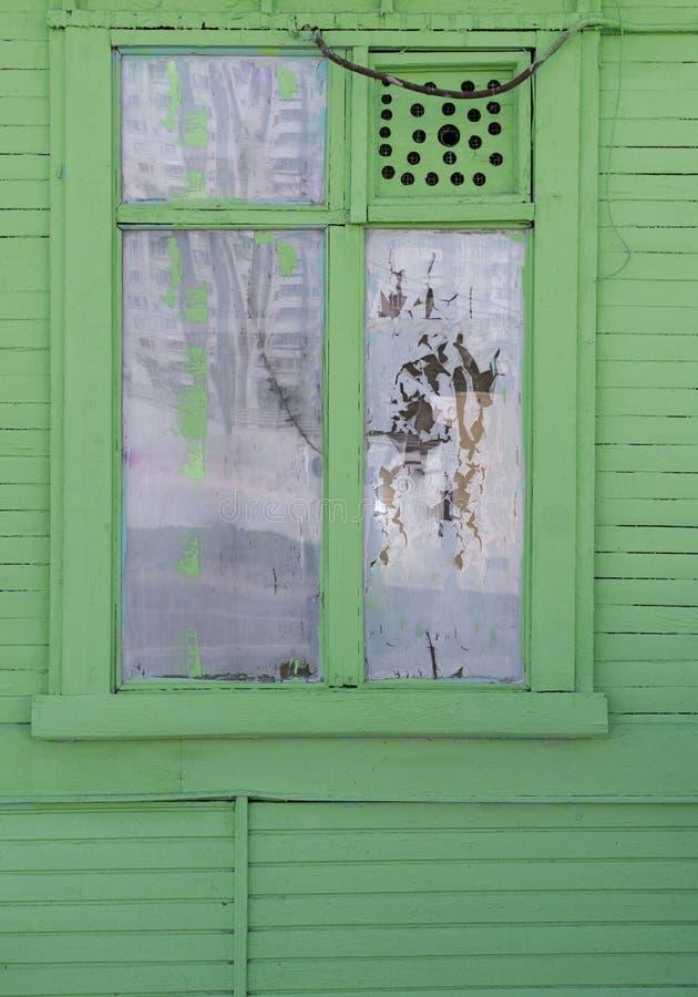 Hublot dans la vieille maison en bois fond, architecture images libres de droits