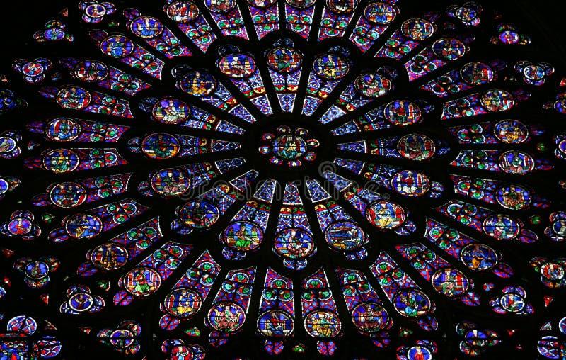 Hublot en verre dans Notre Dame photographie stock libre de droits