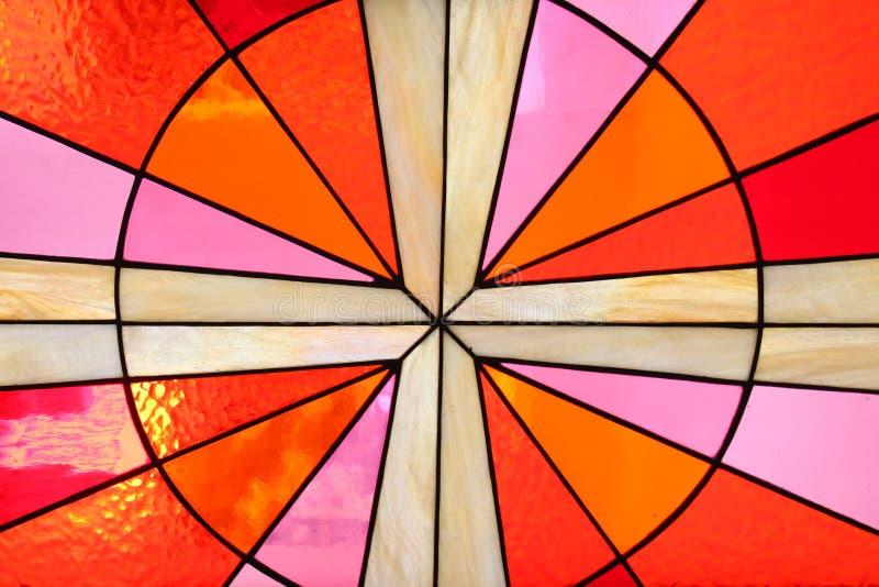 Hublot en verre souillé dans l'église image stock
