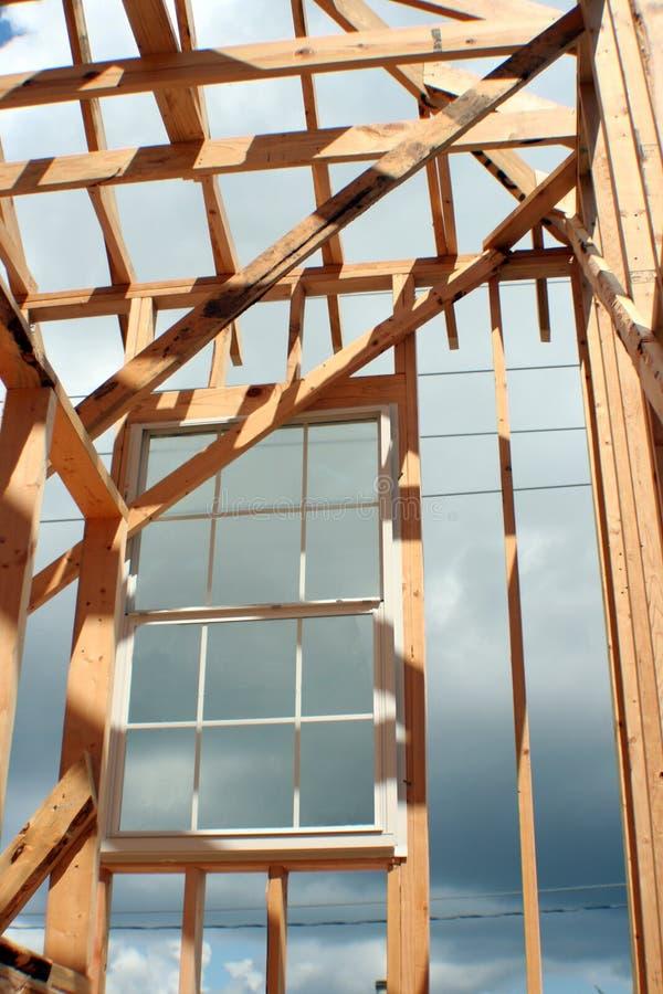 Hublot encadré par construction images stock